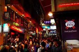 แหล่งท่องเที่ยวยามราตรีของนักดื่มสัสรรค์ทั้งหลายในฝั่งเกาะฮ่องกง ชื่อดัง