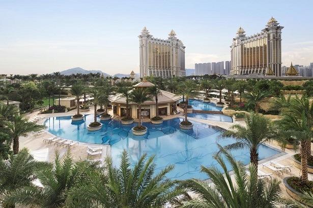 แนะนำโรงแรมที่พักที่น่าสนใจจองโรงแรมที่พักราคาถูก-ไม่รู้ไปไหน.คอม-Booking.com-ฮ่องกง โรงแรม เจ ดับบิวน์ แมริออท JW Marriott Hotel Macau โรงแรมที่มีชื่อเสียงระดับโลกนี้เป็นโรงแรมใหญ่ที่สุดของเครือ JW Marriott ในเอเชีย JW Marriott Hotel Macau พร้อมมอบประสบการณ์การพักผ่อนอันหรูหราอย่างแท้จริงให้แก่ท่าน JW Marriott Hotel Macau ตั้งอยู่ภายในเขตของ Galaxy Macau ซึ่งเป็นหนึ่งในแหล่งความบันเทิงและจุดหมายปลายทางที่น่าตื่นเต้นที่สุดในโลก ท่านสามารถเพลิดเพลินกับร้านอาหารนานาชาติและความบันเทิงอันหลากหลายที่อยู่ภายในพื้นที่ นอกจากนี้ยังมีสิ่งอำนวยความสะดวกครบครันสำหรับท่านที่เดินทางเพื่อพักผ่อนหรือติดต่อธุรกิจ โรงแรมอยู่ห่างจากสนามบิน Macau International Airport ไม่เกิน 10 นาทีหากเดินทางโดยรถยนต์ โรงแรมมีห้องพักและห้องสวีทที่หรูหราหลากสไตล์ถึง 1,015 ห้องซึ่งมีทิวทัศน์อันสง่างามของ Grand Resort Deck และ Cotai Macao ห้องสวีทที่มีอุปกรณ์ครบครันมีห้องน้ำส่วนตัวพร้อมฝักบัวอาบน้ำหรืออ่างอาบน้ำ ท่านสามารถหลบหนีจากความวุ่นวายของเมืองที่สระว่ายน้ำ หรือเพลิดเพลินกับอาหารท้องถิ่น นอกจากนี้ยังมีมินิบาร์ภายในห้องสวีทและห้องพักแล่งเล่นคาสิโนที่ใหญ่ในเอเชียที่พักยอดนิยมราคาถูก